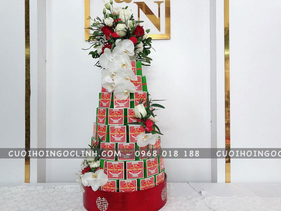 tháp cánh cốm trang trí hoa trắng đỏ