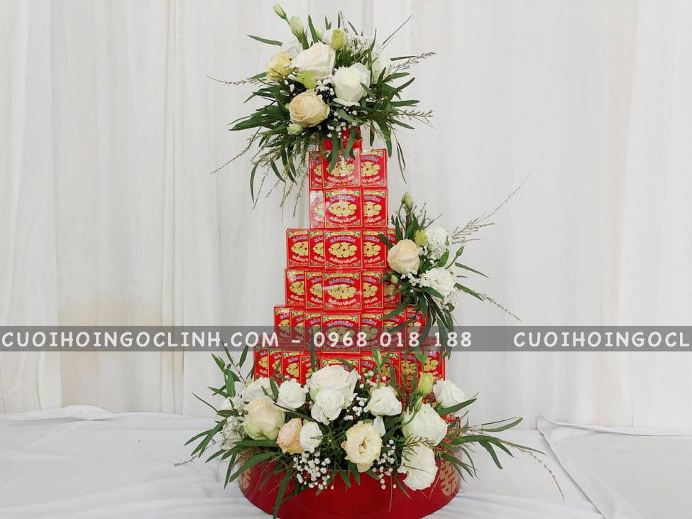 tháp bánh phu thê kèm hoa