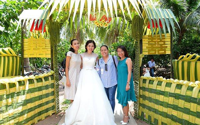 check in bên cổng hoa cưới lá dừa