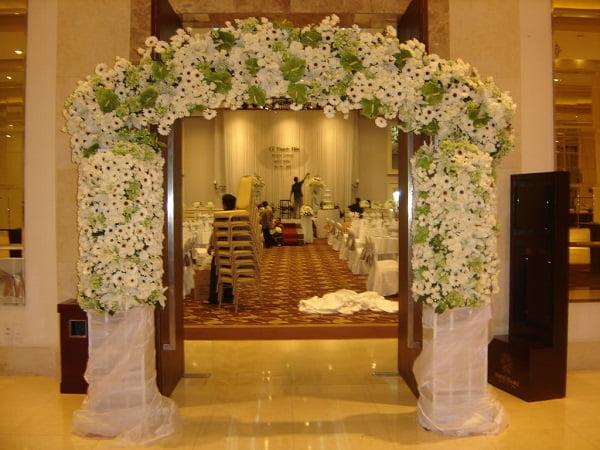 Cổng hoa cưới bằng hoa tươi xanh trắng