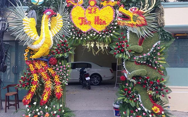 hình ảnh cổng hoa cưới rồng phượng làm bằng lá dừa