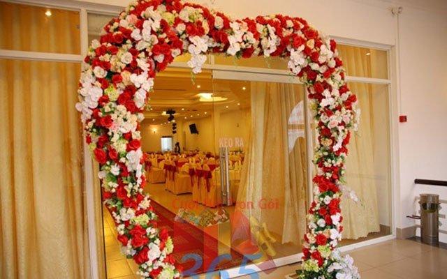 hình ảnh cổng hoa cưới hình trái tim