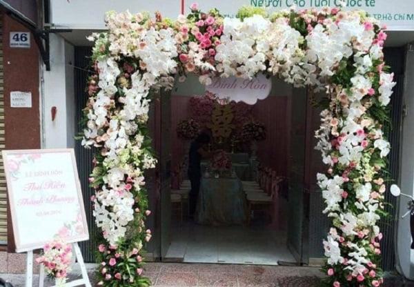 Trang trí cổng hoa cưới bằng lan hồ điệp trắng