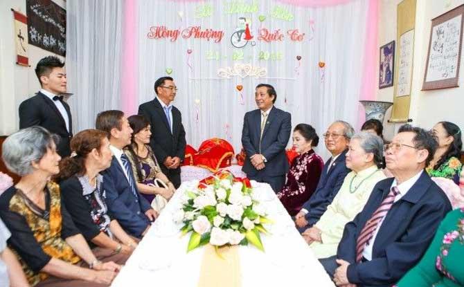 2 gia đình bàn bạc trong lễ ăn hỏi