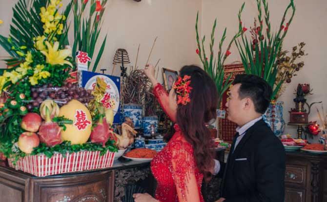 cô dâu chú rẻ thắp hương bàn thờ gia tiên