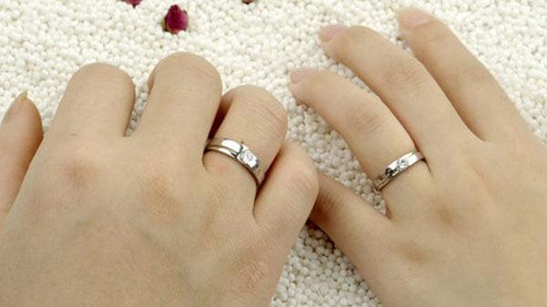 đeo nhẫn cưới ngón áp út