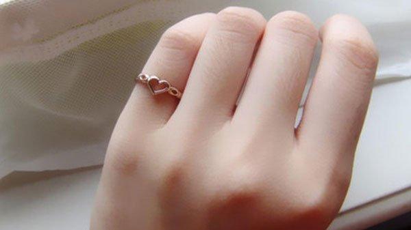 đeo nhẫn cưới ngón út