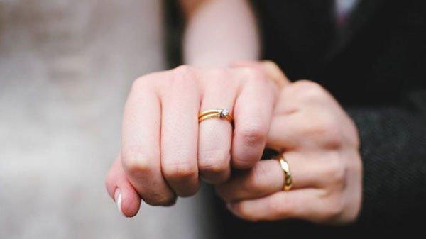 hình ảnh tay đeo nhẫn cưới