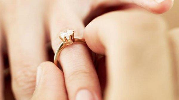 hình ảnh trao nhẫn cưới