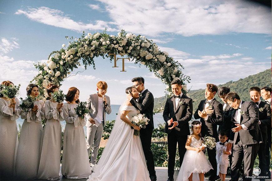 chú rể mặc vest đen trong lễ cưới