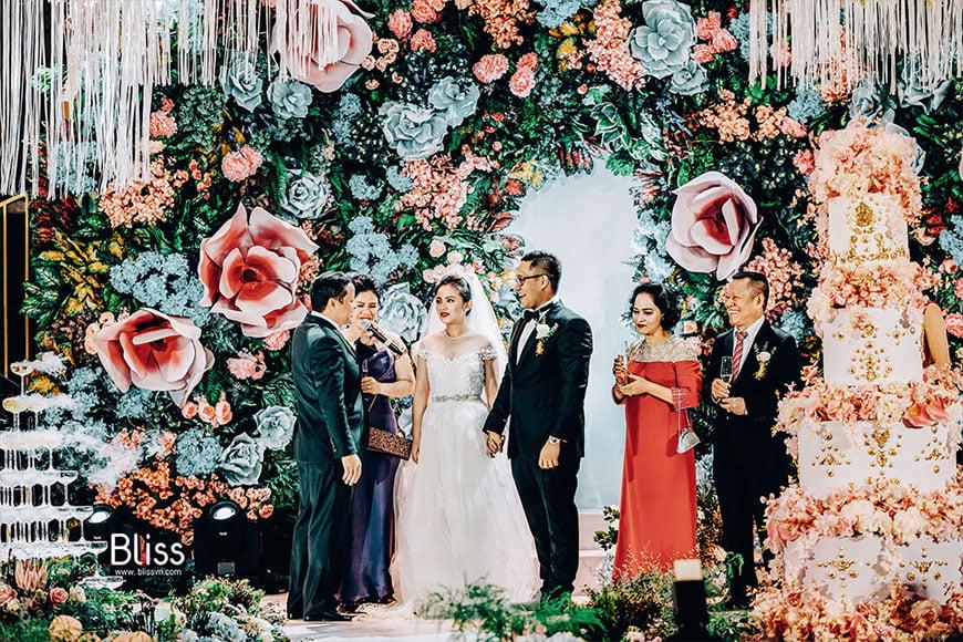 hình ảnh chú rể mặc vest trong ngày đám cưới