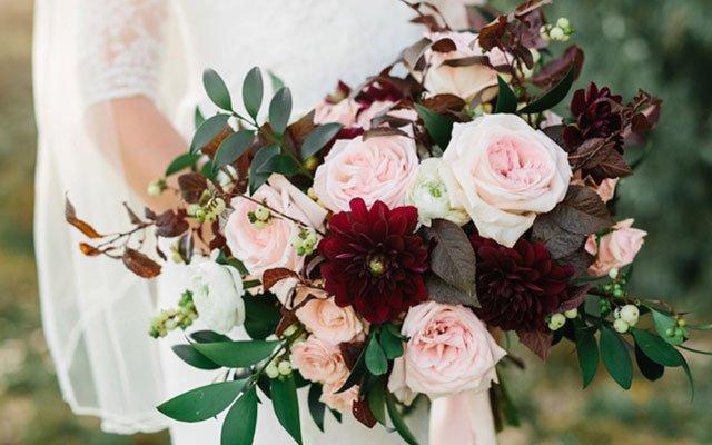 mẫu hoa cưới cầm tay cô dâu
