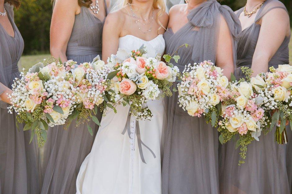 hoa cầm tay cô dâu mẫu ngắn