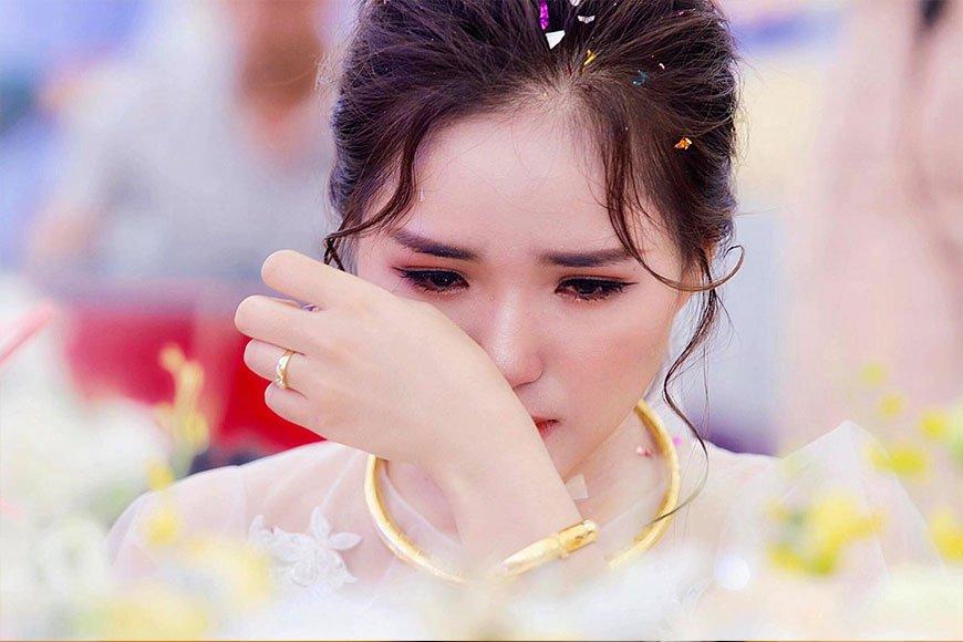 cô dâu khóc khi phải xa bố mẹ