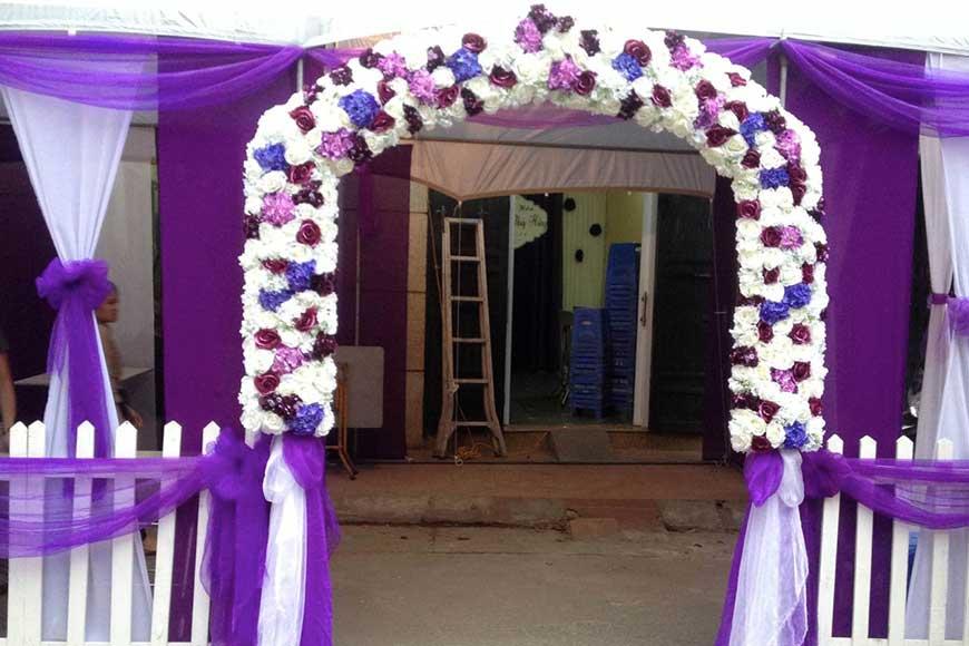 mẫu cổng hoa cưới màu tím kết hợp với nhà rạp