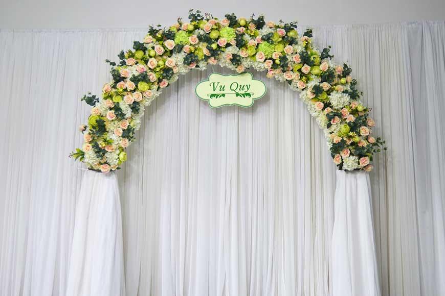 cổng cưới bằng vải với hoa nhựa