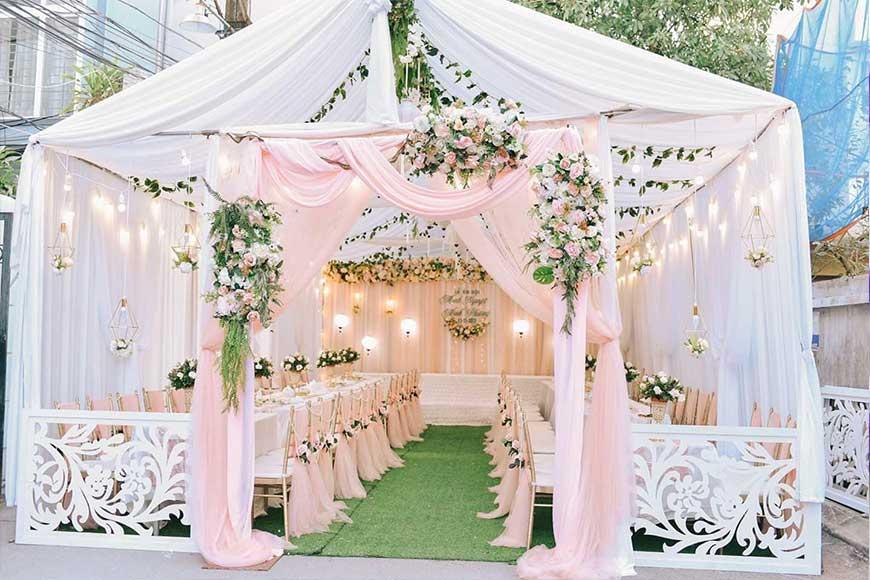 cổng cưới màu hồng kết hợp với nhà rạp