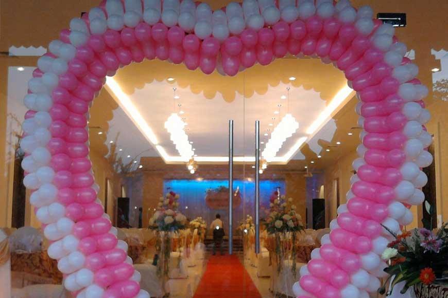 cổng hoa cưới bong bóng hình trái tim