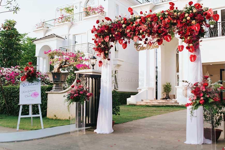 cổng hoa cưới màu đỏ đẹp