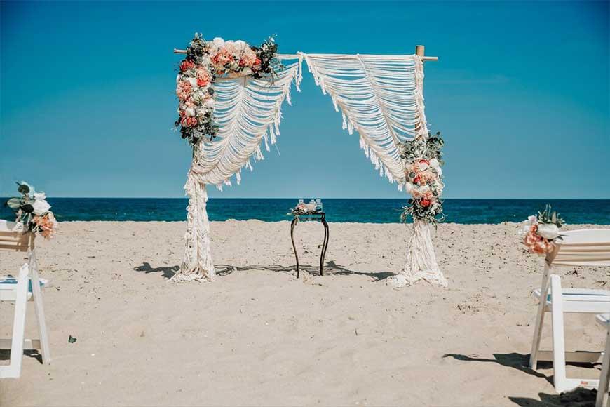hình ảnh mẫu cổng hoa cưới ngoài biển