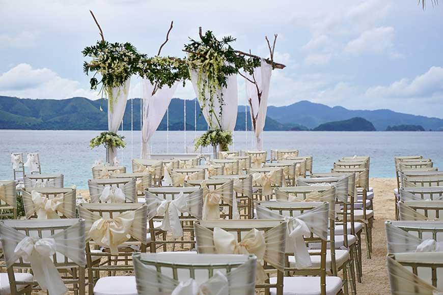 cổng hoa lụa kết hợp với thân cây gỗ trắng siêu đẹp
