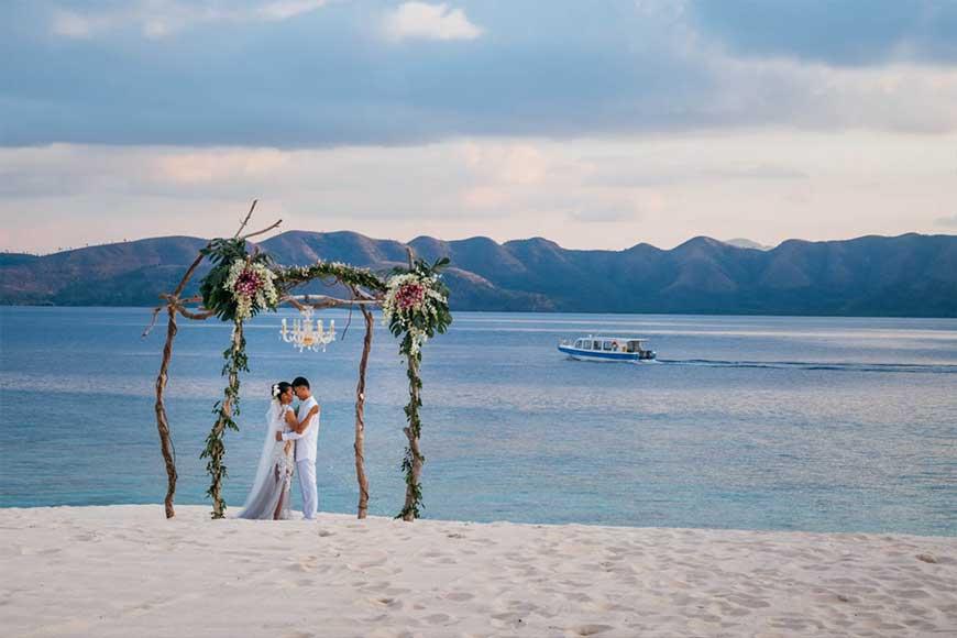 cổng hoa cưới làm bằng thân cây gỗ